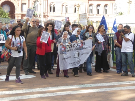 Marcia delle Madri di Plaza de Mayo davanti alla Casa Rosada, la casa del presidente