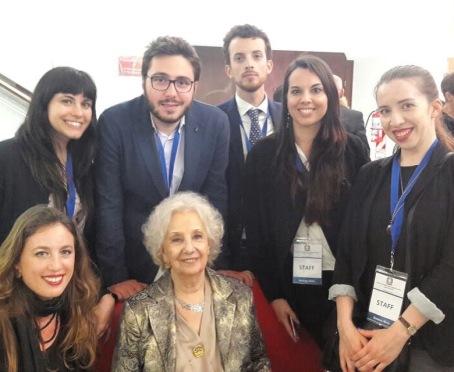 Estela de Carlotto, presidente delle Abuelas, con i ragazzi del servizio civile, io sono la seconda da destra