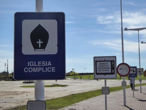 """""""Chiesa complice""""recita questo cartello che si trova nel Parco della Memoria"""